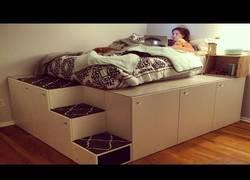 Enlace a Montando una increíble plataforma para la cama a partir de otros muebles del IKEA
