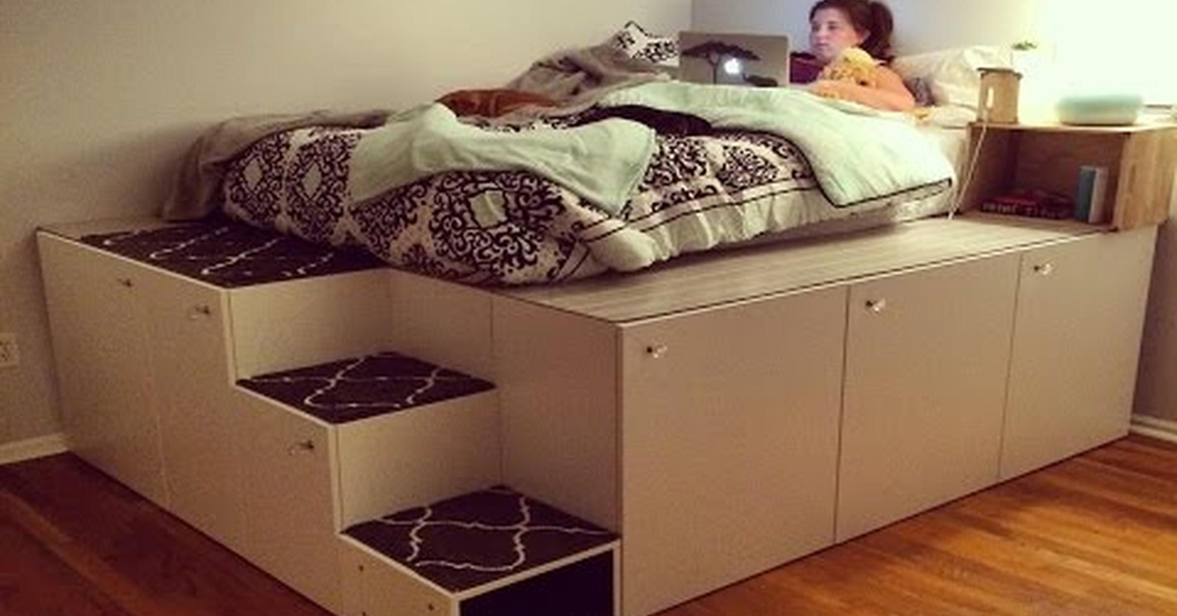 montando una increble plataforma para la cama a partir de otros muebles del ikea