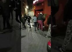 Enlace a Un grupo de antifascistas le pega una paliza a una mujer en las puertas de un local
