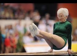 Enlace a Ella es Johanna Quaas, tiene 91 años y te va a dejar alucinando con su arte para la gimnasia