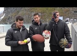 Enlace a El increíble efecto de estas pelotas al lanzarlas desde 200 metros de altura