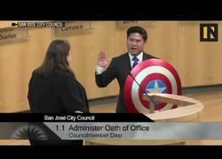 Enlace a Fue elegido concejal en San José (California) y juró su cargo con el escudo de Capitán América