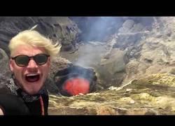 Enlace a Estos dos jóvenes arriesgan su vida grabándose a pocos metros de un volcán en erupción