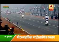 Enlace a El desfile militar de los motoristas de la India con mucho peligro