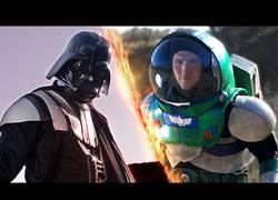 Enlace a Darth Vader enfrentándose a un duro enemigo, nada más y nada menos que Buzz Lightyear