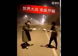 Enlace a Estos dos chinos entran en batalla y se lanzan entre ellos fuegos artificiales de gran potencia