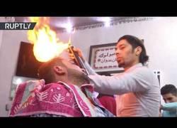 Enlace a El peluquero de 'Gaza' que usa el fuego para terminar de peinar a sus clientes