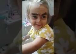 Enlace a La niña que se maquilló pero no quedó como deseaba...