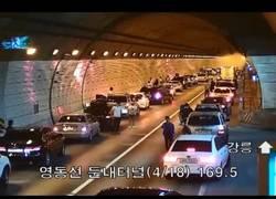 Enlace a La gran coordinación de todos conductores en un accidente en pleno túnel de Corea del Sur