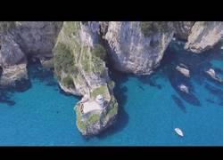 Enlace a Un faro escondido entre acantilados gigantes y un mar turquesa en Cantabria (Faro del Caballo)
