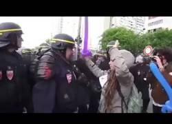 Enlace a [IMPACTANTE] Policía da paliza y deja grave a feminista (+18)