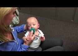 Enlace a El increíble momento en el que un bebé escucha por primera vez :')