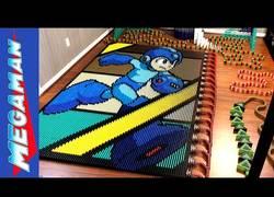 Enlace a El increíble efecto dominó con 24.922 piezas para dar forma a Mega Man