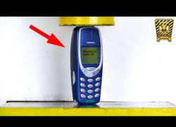 Enlace a El Nokia 3310 vuelve a las tiendas y aquí una prueba de resistencia