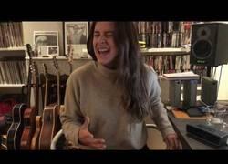 Enlace a Dora Postigo, así canta 'Feeling Good' un mes después de la muerte de su madre Bimba Bosé