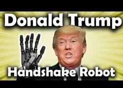 Enlace a Inventan un robot que da la mano al estilo de Donald Trump