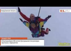 Enlace a Celebra sus 80 años lanzándose desde 2400 metros en paracaídas