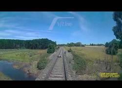 Enlace a Se salva de ser atropellado por un enorme tren por pocos centímetros