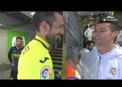 Enlace a Pillada a Cristiano Ronaldo hablando del transplante de pelos de Diego López