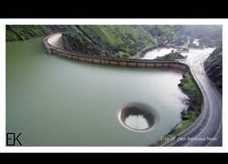 Enlace a Este drone captura un agujero negro en un lago