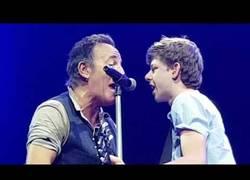 Enlace a Bruce Springsteen sube a este fan de 15 años al escenario para tocar