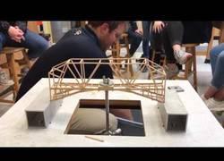 Enlace a Estudiantes de física ponen a prueba la resistencia de sus puentes de madera con cubos de arena