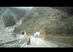 Enlace a La tremenda colisión de esta moto con un coche que hizo algo muy temeroso en la carretera