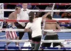 Enlace a Un aficionado salta en pleno combate de boxeo para salvarle del KO