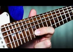 Enlace a Así suenan unas cuerdas de bajo en una guitarra