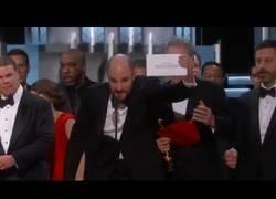 Enlace a ERROR HISTÓRICO EN LOS OSCAR: Dan el Oscar a 'La la land' a mejor película pero era para 'Moonlight'