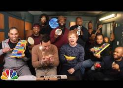 Enlace a Jimmy Fallon y Ed Sheeran tocan