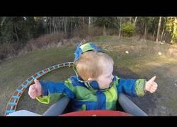 Enlace a Fabrica una mini montaña rusa para su hijo y se lo pasa en grande