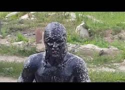 Enlace a El ruso loco que se bañó en una piscina de aceite