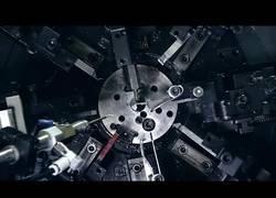 Enlace a Es hipnótico ver como funcionan los robots que trabajan el metal