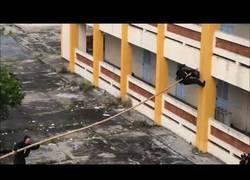 Enlace a La genial táctica de las fuerzas especiales vietnamitas para trepar edificios