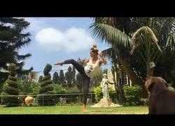 Enlace a Esta chica nos enseña una gran clase de Yoga que nos cambiará la vida para bien