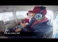 Enlace a Le pide matrimonio mientras vuelan en una avioneta pero algo imprevisto pasa durante el vuelo