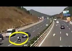 Enlace a [Abstenerse sensibles] Un conductor a gran velocidad embiste a un policía y lo sube a las nubes