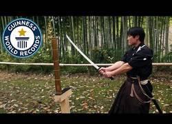 Enlace a Él es Isao Machii y tiene el récord mundial de cortar bambú con una katana en tiempo récord