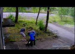 Enlace a Esta chica rusa pide que le rompan la pierna sus amigos y termina muy mal...
