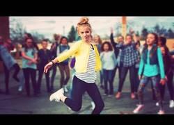 Enlace a Niños y niñas de esta escuela se enfrentan en una batalla de baile muy épica