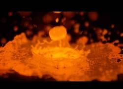 Enlace a Así se ve en Slow Motion el cobre fundido a 1200º al impactar contra el suelo