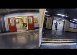 Enlace a Se baja corriendo del metro e intenta llegar a la próxima parada a toda prisa para coger el mismo
