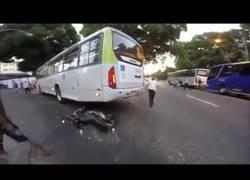 Enlace a INCREÍBLE: Motorista sobrevive a este accidente con un autobús que le pasa por encima