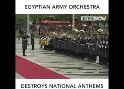 Enlace a La orquesta militar de Egipto destrozando himnos de otros países