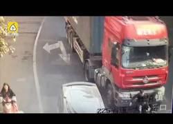 Enlace a Motorista sufre un accidente con un camión y se salva de forma milagrosa