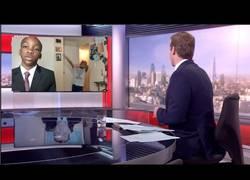 Enlace a Recrean la famosa entrevista de la BBC del padre e hijos y sale algo brutal
