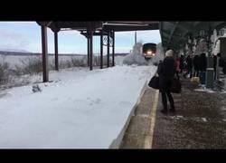 Enlace a No despejan la nieve de las vías del tren y a su paso por una estación la lía bien parda