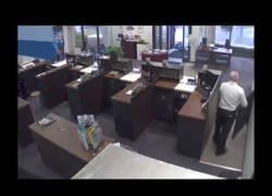 Enlace a Entra a robar un banco y sale abatido nada más entrar