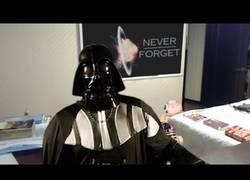 Enlace a Los droides interrumpen una entrevista de Darth Vader en la BBC intergaláctica